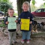 Zwei kleine Gäste mit dem Bauerhofdiplom in der Hand